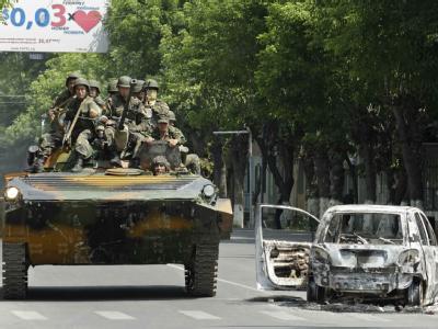 Soldaten der Regierung patrouillieren auf den Straßen der kirgisischen Großstadt Osch. Die Streitkräfte versuchen, Herr der Lage zu werden.