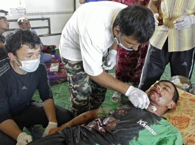 Ärzte versuchen, einem Opfer der Unruhen das Leben zu retten. Zentrum des Konflikts ist die Stadt Osch.