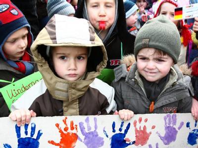 Kinder demonstrieren in Essen gegen den Wegfall von Betreuungsplätzen in Kitas. (Archivbild)