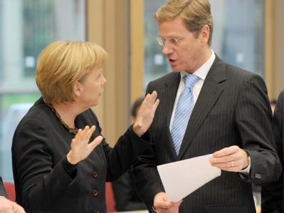 Die Chefs der Verhandlungsdelegationen von CDU und FDP, Bundeskanzlerin Angela Merkel und der FDP-Vorsitzende Guido Westerwelle.