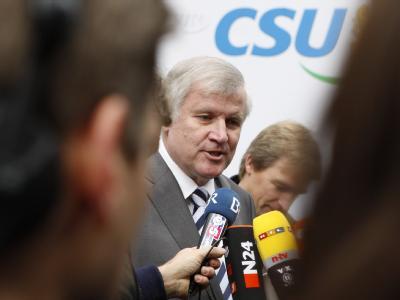 CSU-Chef Horst Seehofer (M) verkündet steuerliche Wohltaten.