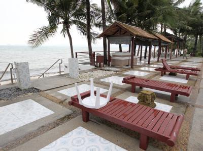 Leere Liegen auf Koh Samui: Mehrere deutsche Veranstalter haben ihre Reisen zu der thailändischen Insel vorerst abgesagt. Foto: Rungroj Yongrit