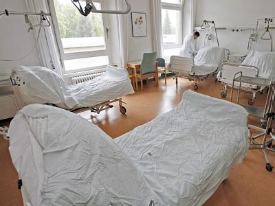 Mehrbett-Zimmer in einem Krankenhaus.