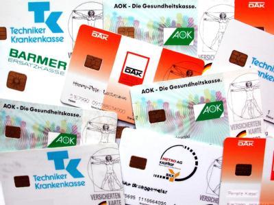 Versicherungskarten von Krankenkassen: «Im Schnitt waren 45,6 Prozent der geprüften Rechnungen zugunsten der Kassen zu korrigieren». (Symbolfoto)