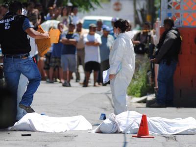 Die Spurensicherung inspiziert einen Tatort in Mexiko. Jugendliche wurden ermordet. Foto: epa