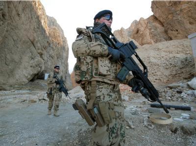 Bundeswehrsoldaten patrouillieren nahe Kundus.