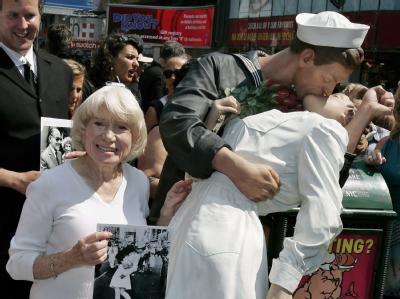 Dutzende Paare haben bei dem «Kiss-Inn» auf dem Times Square versucht, das legendäre Foto vom 14. August 1945 nachzustellen, auf dem an gleicher Stelle ein glücklicher Seemann spontan eine Krankenschwester küsst. (Archivbild)