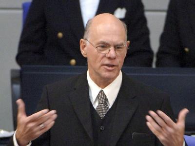 Bundestagspräsident Norbert Lammert hat sich wegen des Rederechts für zwei Euro-Rettungsschirm-Gegner aus der Koalition Ärger eingehandelt (Archiv).
