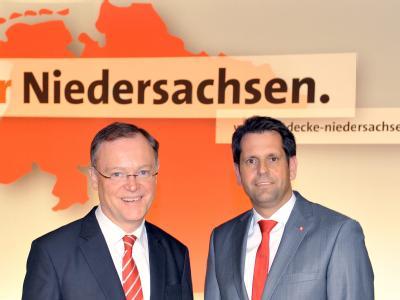 Die SPD-Kandidaten Olaf Lies (r) und Stephan Weil
