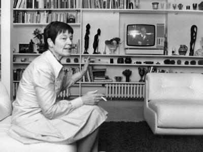 Kanzlergattin Loki Schmidt verfolgt im Mai 1975 im Kanzlerbungalow in Bonn am Fernsehschirm eine Rede ihres Mannes im Bundestag (Archivfoto).