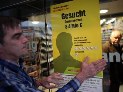 Der Besitzer eines Lotto-Geschäftes in Köln mit dem «Fahndungsplakat».