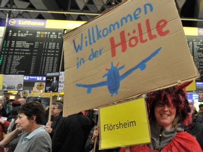 Zahlreiche Menschen demonstrieren im Terminal 1 des Flughafens in Frankfurt gegen Fluglärm. Foto: Boris Roessler / Archiv