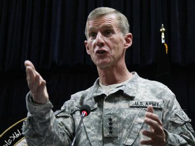 Nach dem Skandal um den Kommandeur der US-Truppen in Afghanistan, Stanley McChrystal, gelten für das US-Militär künftige strengere Regeln im Umgang mit der Presse.