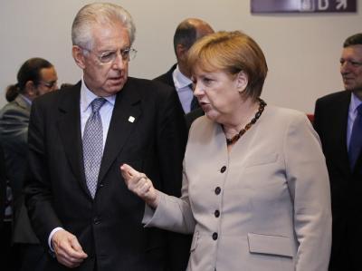 Bundeskanzlerin Angela Merkel im Gespräch mit Italiens Premier Mario Monti während des Eu-Krisengipfels in Brüssel. Foto: Thierry Roge / Archiv