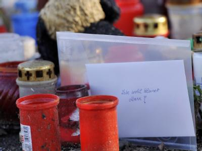 Hilflose Trauer: Ein Brief an den getöteten Mirco zwischen Grablichtern und Kuscheltieren.
