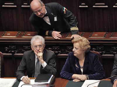 Mario Monti (l.) erhält für seinen radikalen Sparkurs das Vertrauen der Abgeordneten. Foto: Giuseppe Lami