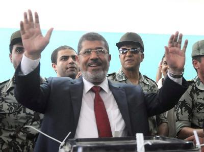 Kandidat der Muslimbruderschaft, Mohammed Mursi, bei seiner Stimmabgabe in Scharkija. Foto: dpa