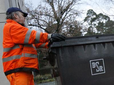 Knochenjob Müllabfuhr: Die Gewerkschaften fordern insgesamt 5 Prozent mehr Lohn für die Beschäftigten des öffentlichen Dienstes.