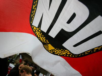 Fahne mit dem NPD-Logo