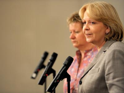 Lässt sich SPD-Landeschefin Hannelore Kraft (r) an die Spitze einer rot-grünen Minderheitsregierung wählen? Grünen-Faktionschefin Sylvia Löhrmann (l) spricht sich dafür aus.