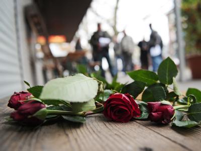 Im Gedenken an einen von der Zwickauer Neonazi-Terrorzelle ermordeten Gemüsehändler liegen Rosen vor einem Ladengeschäft im Hamburger Stadtteil Bahrenfeld. Foto: Christian Charisius/Archiv