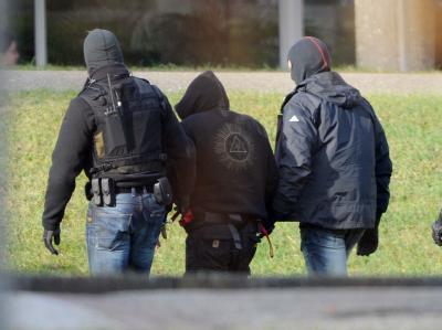 Ein Verdächtiger im Zusammenhang mit den Neonazi-Morden wird zu einem Haftprüfungstermin gebracht. Foto: Uli Deck