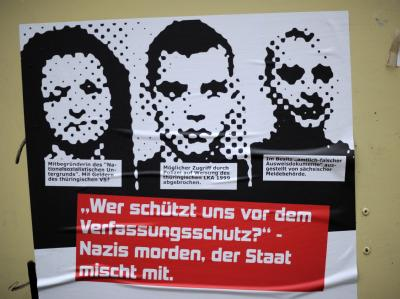 Plakat für einen Vortrag über rechtsextreme Strukturen. Foto: Uwe Zucchi, dpa
