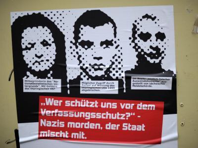 Plakat für einen Vortrag über rechtsextreme Strukturen. Abgebildet sind die Mitglieder der Zwickauer Neonazi-Terrorzelle. Foto: Uwe Zucchi/Archiv