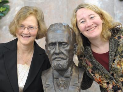Elizabeth H. Blackburn (l) und Carol Greider bei der Preisverleihung zum Paul Ehrlich-Preis 2009.