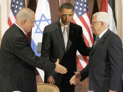 US-Präsident Barack Obama begrüßt den israelischen Ministerpräsidenten Benjamin Netanjahu (l) und Palästinenserpräsident Mahmud Abbas in New York. Bisher ist Obama kein Durchbruch im Nahost-Friedensprozess gelungen. (Archivbild)