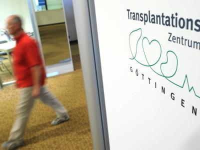 Logo des Transplantationszentrums Göttingen: Hier soll ein ehemaliger Oberarzt in mehreren Fällen Krankendaten manipuliert haben. Foto: Julian Stratenschulte