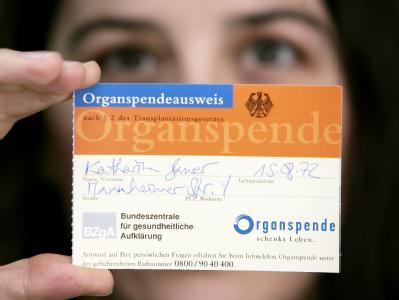 Derzeit warten rund 12 000 Menschen auf ein Organ. Dennoch hat nur eine Minderheit der Bürger einen Organspendeausweis ausgefüllt. Foto: Frank May/Archivbild