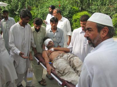 Ein Verletzter wird nach dem Selbstmordanschlag auf eine Polizeistation fortgetragen.