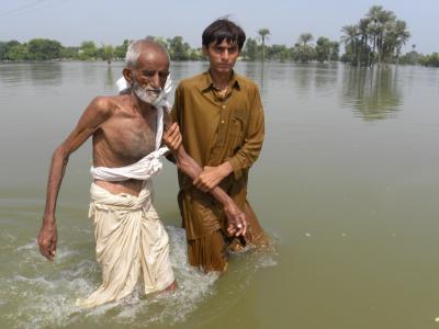 Zwei Männer flüchten aus Basera in der Provinz Punjab.  Foto: Matiullah Achakzai, dpa