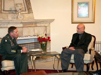 General Petraeus trifft Karsai