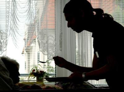 In einem Seniorenzentrum füttert ein Zivildienstleistender eine Heimbewohnerin (Symbolbild).