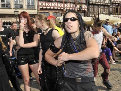 Geplant spontan: Zur Musik aus MP3-Playern tanzen die Leute am Karfreitag auf dem Römerberg. Foto: Boris Roessler