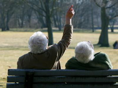 Zwei Seniorinnen auf einer Parkbank. Das Rentensystem ist von der Krise bislang kaum betroffen.