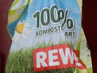 Umstrittene «Biotüten» gibt es bei Rewe vorerst nicht mehr. Foto: Jens Kalaene/Archiv