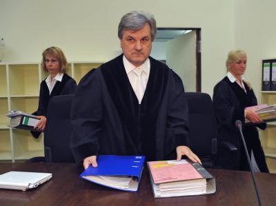 Der Vorsitzende Richter im Mordfall Brunner, Reinhold Baier, kommt zu Prozessbeginn in den Verhandlungssaal im Landgericht in München.