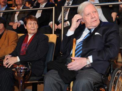 Helmut Schmidt kennt Ruth Loah bereits seit 1955. Foto: Angelika Warmuth/Archiv