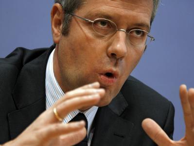 Bundesumweltminister Röttgen muss viel Kritik einstecken für die im Schnitt 12 Jahre längeren Laufzeiten, da er eigentlich weniger wollte.