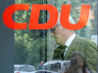 Der ehemalige Ministerpräsident Jürgen Rüttgers (CDU) geht am20.07.2010 in Düsseldorf zu einer Sitzung des CDU-Landesvorstands: Die CDU-Basis in Nordrhein-Westfalen will selbst entscheiden, wer künftig den CDU-Landesverband führt.