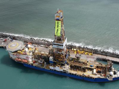 Umweltaktivisten von Greenpeace haben das Ölbohrschiff besetzt, um gegen geplante Bohrungen vor der Küste Alaskas zu protestieren. Foto: Nigel Marple / Greenpeace