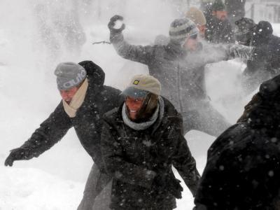 Junge Leute liefern sich am Dupont Circle in Washington eine Schneeballschlacht.