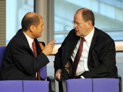 Streit in der SPD: Bundesfinanzminister Peer Steinbrück kritisierte die von Arbeitsminister Olaf Scholz in die Wege geleitete Rentengarantie.