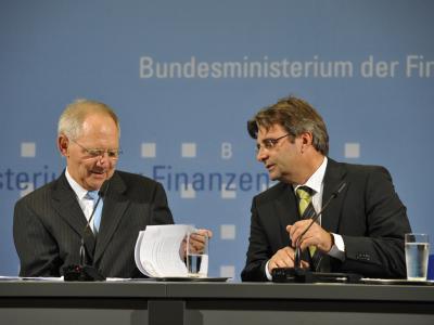 Bundesfinanzminister Wolfgang Schäuble und sein damaliger Sprecher Michael Offer bei einer Pressekonferenz. (Archivbild  vom 4.11.2010)