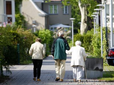 In Deutschland leben Männer und Frauen immer länger. (Archivbild)