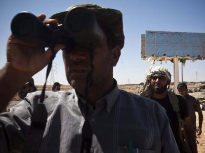 Libysche Rebellen beobachten das Kampfgeschehen in der Gaddafi-Hochburg Sirte. (Archivbild)