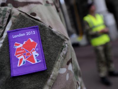 Britische Soldaten kontrollieren einen Eingang. Foto: Andy Rain / Archiv